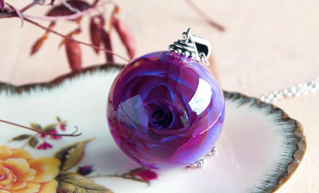 Роза в эпоксидке: перечень необходимых материалов и процесс заливки цветка